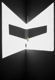adalberto mecarelli  Lumière, ombre, papier, fil à plomb. 125x200x350 circa collection particulière. Paris.
