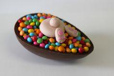 Ovo de colher de chocolate com brigadeiro e confeti