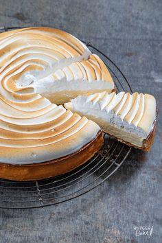 Lemon-lime pie with meringue - recipe- Citroen-limoen taart met meringue – recept Lemon-lime pie with meringue – recipe - Meringue Cookie Recipe, Meringue Desserts, Meringue Frosting, Meringue Pie, Icing Recipe, Meringue Recept, Meringue Roulade, Meringue Kisses, Patisserie
