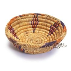 Wonderful basket made with braided rattan with lovely coloured embroidery. Its beauty ables you to use it to decorate or to use it like an accessory. You can put fruits or bread in it for your meals which will give a touch of cheerfulness to your table ! Moroccan Bread, Moroccan Kitchen, Super Bulky Yarn, Market Baskets, Moroccan Style, Artisanal, Kitchen Accessories, Decoration, Craft