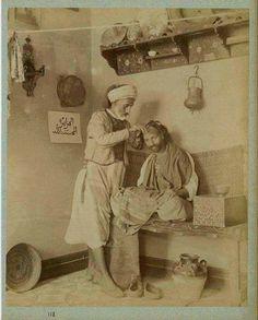 الصورة تعود لسنة 1890م لحلاق جزائري