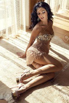 29869534-photo-de-mode-de-belle-femme-glamour-avec-des-cheveux-noirs-en-robe-de-luxe-se-trouvant-sur-le-tapis-Banque-d'images.jpg (866×1300)