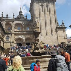 The #catedraldesantiago #santiagodecompostela #pilgrims #pellerin go at 12 o'clock to the #mess on #sunday They come from everywere #france #frankfurt #alemania #uk #ukraine #USA #portugal #porto #italia #danmark #polonia #chemindesaintjacques #canada #brasil #theway #the #caminodesantiago #sinfiltro by aquintadaauga