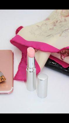 Ce baume à lèvres a eu un succès phénoménal lors de sa vente en avant-première. Tenez-vous prêts, il sera bientôt à nouveau disponible ! Le Nu Colour Lip Plumping Balm repulpe vos lèvres instantanément et sublime votre sourire ! #makeup #beaute #lipplumpingbalm