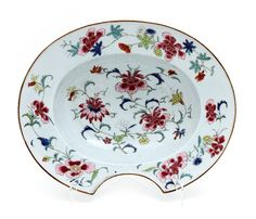BASIN FOR SHAVING OR BLEEDING in Chinese export porcelain, famille rose, Qianlong period (1736-1795), with a very rich flower decoration. Dim.: 31x25 cm.