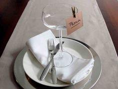 Plaseeraus eli istumajärjestys merkitään pöytäkarttaan tai pöydässä erikseen jokaiselle. Paikkakortit voi tehdä itse, juhlan teemaan mukaan.