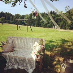 Liebesbank für das Brautpaar  Freie Trauung mit Sabine John Foto: www.traubar.de