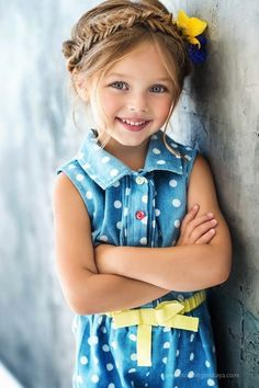 Haarkranz flechten, note Blumen im Haar, blau Kleid mit gelbem Gürtel, blonde . Precious Children, Beautiful Children, Beautiful Babies, Cute Little Girls, Cute Kids, Cute Babies, Cute Baby Girl, Baby Girls, Fashion Kids