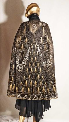 Opera Cloak Gold and Silver Metallic Feather Motif Silk Opera Coat Sz M 30s Fashion, Fashion History, Retro Fashion, Vintage Fashion, Historical Costume, Historical Clothing, 1920s Evening Dress, Gothic Hippie, Opera Coat
