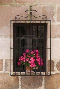 Ventana con flores y Cruz, Carmona, Cantabria, norte de España