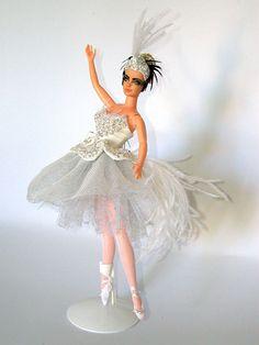 The Swan of Mario Paglino and Gianni Grossi, from Italy Ballerina Barbie, Barbie I, Barbie World, Barbie And Ken, Crochet Barbie Patterns, Fru Fru, Nice Dresses, Amazing Dresses, Barbie Friends