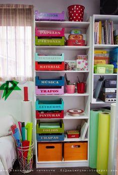 Las cajas de fruta no van a pasar de moda ... las pintas de los colores que mas te gusten y así aprovechas el espacio de la estantería lo máximo posible
