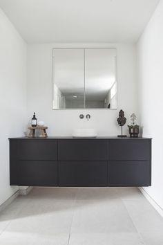 Malin pakker hjemmet sitt inn i kelim Shared Bathroom, Bathroom Design Inspiration, Design Studios, Black Kitchens, Cozy Bedroom, Beautiful Bathrooms, Home Look, Built Ins, Industrial Style