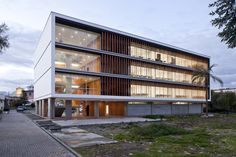 Edifício de salas de aula na Universidade de Cuenca / Javier Durán