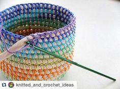 Olhem meninas, outra inspiração com o fio de malha conduzido e a linha de crochê por fora. Igualzinho o vídeo que compartilhei aqui. #crochet #fiodemalha #dicasdecroche