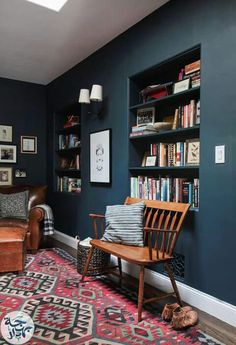 The Reading Nook + Get The Look - Emily Henderson Emily Henderson_Hague Blue Reading Nook_Leather Chair_Gallery Blue Rooms, Blue Walls, California Homes, Contemporary Decor, Contemporary Stairs, Contemporary Building, Contemporary Cottage, Contemporary Wallpaper, Contemporary Chandelier