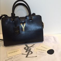 Black YSL bag Like new black YSL bag this bag is amazing and the prefect size. Price reflects ask me if you have any questions Yves Saint Laurent Bags