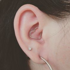 The ever popular Daith is so cute with this little heart. Best Picture For Piercing umbigo Daith Piercing Jewelry, Daith Earrings, Piercing Tattoo, Cute Ear Piercings, Body Piercings, Ear Peircings, Cute Jewelry, Crystal Earrings, Instagram
