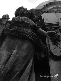 https://flic.kr/p/gfEDZH | Ángel Protector | Foto blanco y negro de esculturas en el Cementerio de Recoleta, Buenos Aires.