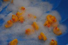 Spelen met schuim en badeendjes! Peuters vinden dit fantastisch :-)