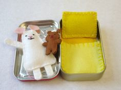 wee mouse in Altoids tin. must make with daughter someday!