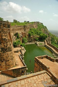 Hill Forts of Rajasthan - Chittorgarh Fort - Built century AD which stored 4 billion litres that could meet the needs of people. The largest Fort in India and Asia and has 84 Water bodies which could last for four years. Places Around The World, The Places Youll Go, Places To See, Around The Worlds, Chittorgarh Fort, India Architecture, Ancient Architecture, Gothic Architecture, Places To Travel