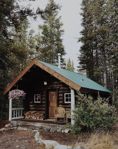 The perfect get away! Old Cabins, Log Cabin Homes, Cabins And Cottages, Cabins In The Woods, Cabins In The Mountains, Mountain Cabins, Rustic Houses Exterior, Modern Farmhouse Exterior, Forest Cabin