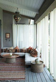 orientalisches zimmer veranda vorhänge tablett kaffeetisch sofa kissen vielfalt dekorationen bild an der wand