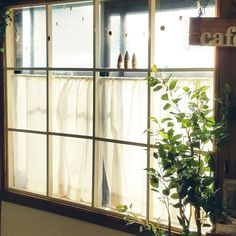 カフェ気分でオシャレに目隠し♪Hiromiさんの窓枠DIY | RoomClip mag | 暮らしとインテリアのwebマガジン