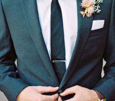 Alhoewel de afgelopen jaren steedsmeer grooms voor een bowtie kiezen wint de stropdas ook weer een beetje populariteit terug. Welke kies.. lees verder op thevow.nl! #trouwen #thevow #groom #bruidegom #stropdas