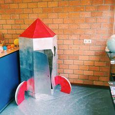 Het thema ruimte 🚀 is een veel voorkomend thema bij zowel de kleuters als in groep 3. Een themahoek kan dan natuurlijk niet ontbreken.⠀⠀⠀⠀⠀⠀⠀⠀⠀ ⠀⠀⠀⠀⠀⠀⠀⠀⠀ In deze themahoek konden de kinderen samen met de ruimte-aap 🐵 een reis naar de maan maken met een 'echte' raket.⠀⠀⠀⠀⠀⠀⠀⠀⠀ ⠀⠀⠀⠀⠀⠀⠀⠀⠀ Een aantal tips om de kinderen het thema nog meer te laten beleven:⠀⠀⠀⠀⠀⠀⠀⠀⠀ ⠀⠀⠀⠀⠀⠀⠀⠀⠀ 🚀 Leg bubbeltjesplastic op de vloer, zodat het voor de kinderen voelt als een echte maanwandeling.⠀⠀⠀⠀⠀⠀⠀⠀⠀ 🚀 Zorg…