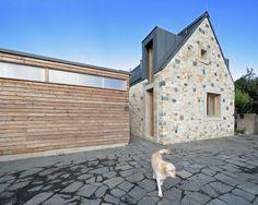 Kámen na obvodový plášť domu z nedaleké bourané stodoly je fyzicky konkrétním projevem kontinuity místa #ASBportal #house #dům