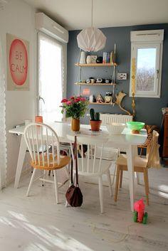 Maneira super original de deixar sua mesa mais charmosa: Mis de cadeiras. Vai conferir lá no Blog Midá.