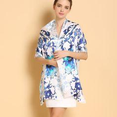 Elegantný dámsky hodvábny šál v bielej farbe s modrými kvetmi