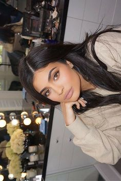 Kylie Jenner looks absolutely gorgeous here. Love her everyday makeup! I dug into her beauty secrets after she shared her beauty routine on Snapchat and made a complete breakdown of every product and technique that Kylie uses for that perfect contour and those flawless lips, lashes, and brows. // North + Narrow