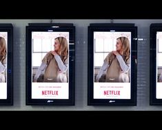 GIFS are making a comeback, with Netflix forming over 100 GIFs to display on interactive advertising boards in Paris. GIF displays are tailored depending on current events or the weather! Experiential Marketing, Guerilla Marketing, Content Marketing, Netflix, Communication, Digital Campaign, Great Ads, Gifs, Advertising Campaign