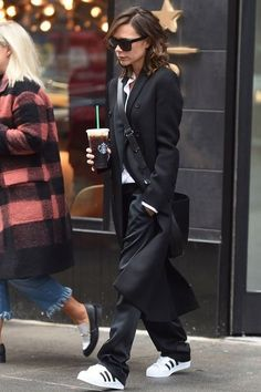 130 Inspiring Simple Casual Street Style Outfit that Must You Copy Moda Victoria Beckham, Style Victoria Beckham, Victoria Beckham Fashion, Victoria Beckham Outfits, Looks Street Style, Casual Street Style, Looks Style, Mode Outfits, Fashion Outfits