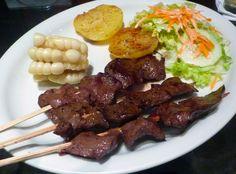 Anticuchos - É a carne (o original é coração de boi), especialmente com molho de pimenta, espetado em uma vara de cana-de-açúcar.Parte do churrasco em família acompanhado por milho, batata, pimentão . Comido geralmente em feriados. No entanto, você pode encontrá-los em um carrinho de mão, em Lima , no distrito de Barranco pelo Parque dos Suspiros e em alguns restaurantes.