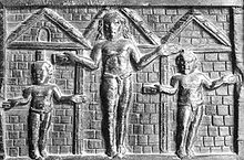 Representación de la Crucifixión en la puerta de madera de Santa Sabina. Es una de las representaciones más antiguas de la Crucifixión de Cristo.