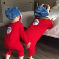 Oh the things we can not do Tag a friend who need to relax day for this sunday ---------------------------------. Cute Funny Babies, Cute Funny Animals, Funny Animal Pictures, Baby Pictures, What Is Best Friend, Bestest Friend, Funny Dog Memes, Funny Dogs, Bull Dog Ingles