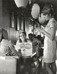 Young teens at the Pie King Diner, early the waitress' hair! Vintage Pictures, Old Pictures, Vintage Images, Old Photos, Vintage Diner, Retro Diner, Vintage Ladies, 1950s Diner, 1960s