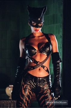 'The Dark Knight Rises': Was Eartha Kitt the best Catwoman? - Halle Berry as Catwoman in 'Catwoman' ®. Catwoman Cosplay, Catwoman 2004, Cosplay Gatúbela, Catwoman Film, Catwoman Outfit, Catwoman Halle Berry, Halley Berry, Zoe Kravitz, Anne Hathaway Mulher Gato