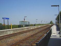Station #Deinum is het spoorwegstation in het Friese Deinum aan de spoorlijn #Harlingen - Nieuwe Schans. Het station werd geopend op 27 oktober 1863. Het station kent een enkel perron voorzien van een abri en een kaartautomaat.