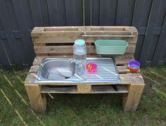 Pallet Mud Kitchen Ideas, Diy Mud Kitchen, Mud Kitchen For Kids, Kids Outdoor Play, Outdoor Baby, Outdoor Decor, Old Sink, Sand Play, Outdoor Projects