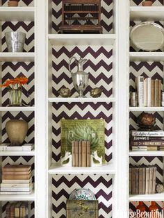 Herringbone pattern-backed bookshelves. Design: Christina Murphy. Photo: Jonny Valiant. housebeautiful.com. #bookshelves #herringbone #books
