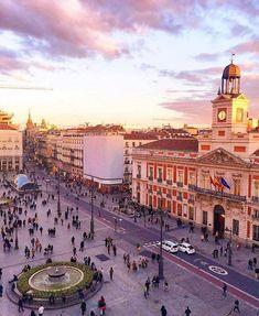 Rondom Puerta del Sol zijn vele barretjes waar je een gezellige avond kan hebben. Als je van salsa houdt kun je terrecht bij de salsabar El Son. Elke vrijdag is er een uur les, deze begint rond 11 uur. Daarna is het vrij dansen. De bar is geschikt voor jong en oud en is gelegen in Calle Vicotoria 6.
