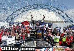 Tony Stewart wins the Kobalt Tools 400 at Las Vegas Motor Speedway on 3/11/12