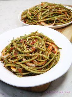 옛방식 그대로 맛있는 고구마순 김치 만드는법 알려드릴게요 전라도에서 시작한 이 음식은 딱 요맘때가 지... Kimchi Recipe, Asian Recipes, Ethnic Recipes, Vegetable Seasoning, Korean Food, Food Menu, Food Plating, No Cook Meals, Food Porn