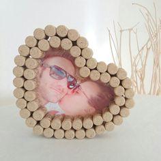 Originale portafoto realizzato con i tappi di sughero ❤  Ideale anche come  decorazione per un matrimonio!