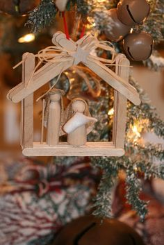 ❤ These would be cute for a Christmas project with the kids.  Looks like popsicle sticks and clothespin Joseph, Mary, and Baby Jesus.
